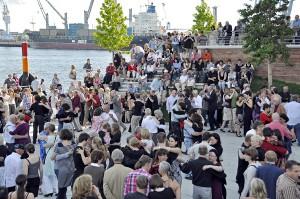 Tango beim Sommer in der HafenCity. Foto: ELBEFLUT / Quelle: HafenCity Hamburg GmbH